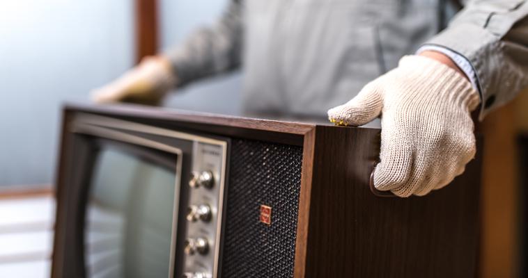 テレビを運ぶ